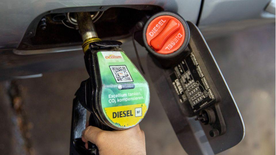 Tanken wird in Zukunft teurer (Symbolbild)