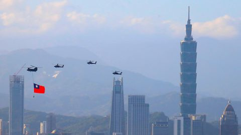 Taiwanesische Militärhubschrauber vor der Kulisse des Finanzzentrums von Taipeh