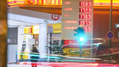 Der Blick auf die Benzinpreise bereitet Autofahrern derzeit keine Freude.