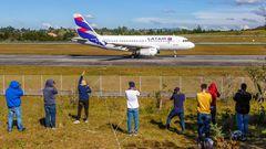 Airbus A319  von Latam in Medellin