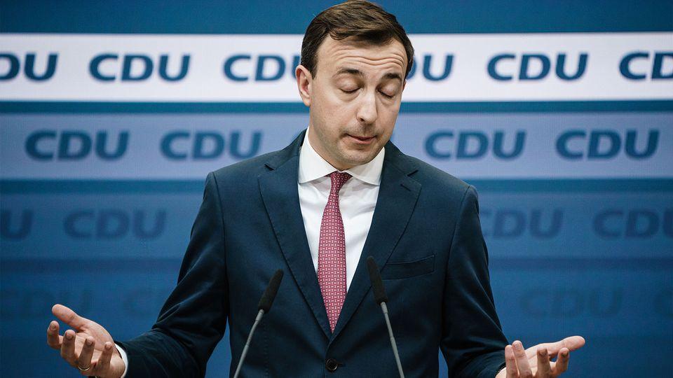 CDU-Generalsekretär Paul Ziemiak breitet die Arme am Rednerpult mit geöffneten Handflächen aus