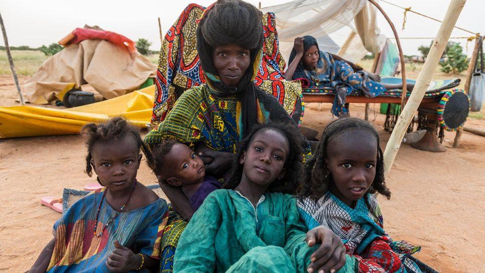 Eine Mutter mit ihren Kindern im Niger. Das Land hat eine der höchsten Geburtenraten der Welt
