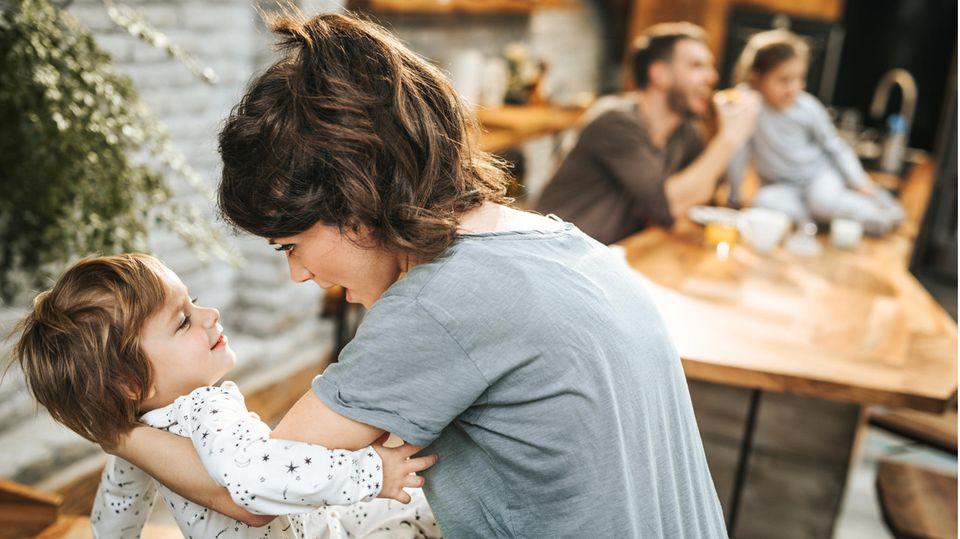 Mutter hält Kind im Arm
