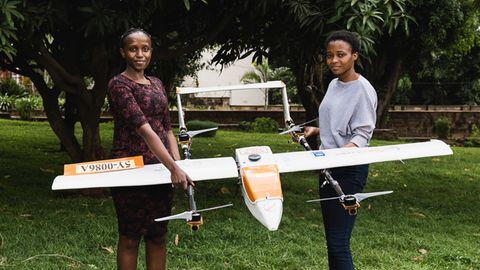 Anne Nderitu (links) und einer ihrer Mitarbeiterinnen von Swift Lab mit dem Prototyp einer selbstentwickelten Drohne in Nairobi