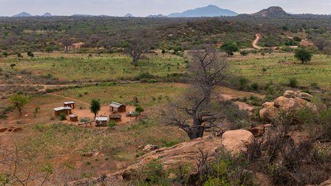 Büsche, Baobabs, viel Weite: Die Hütten und Felder einer Familie in Kinakoni