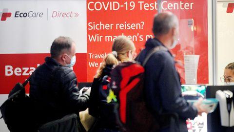 Reisende warten am Covid-19 Test Center auf dem Flughafen Düsseldorf auf ihre Testergebnisse
