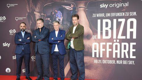 """David A. Hamade, Nicholas Ofczarek, Andreas Lust und Julian Looman stehen vor einem Fimplakat von """"Die Ibiza-Affäre""""."""