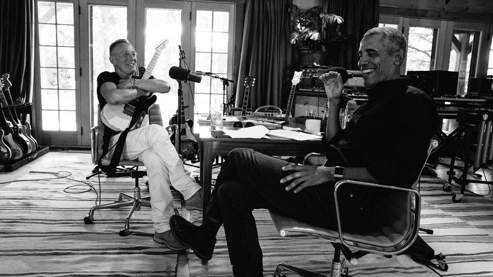 """Zunächst unterhielten sich die Freunde Springsteen und Obama für ihren Podcast """"Renegades – Born in the USA"""". Nun entstand aus den Transkripten ein Buch"""