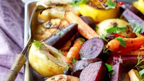 Gebackenes Gemüse liegt in einer Auflaufform
