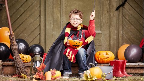 Ein Junge verkleidet sich als Harry Potter