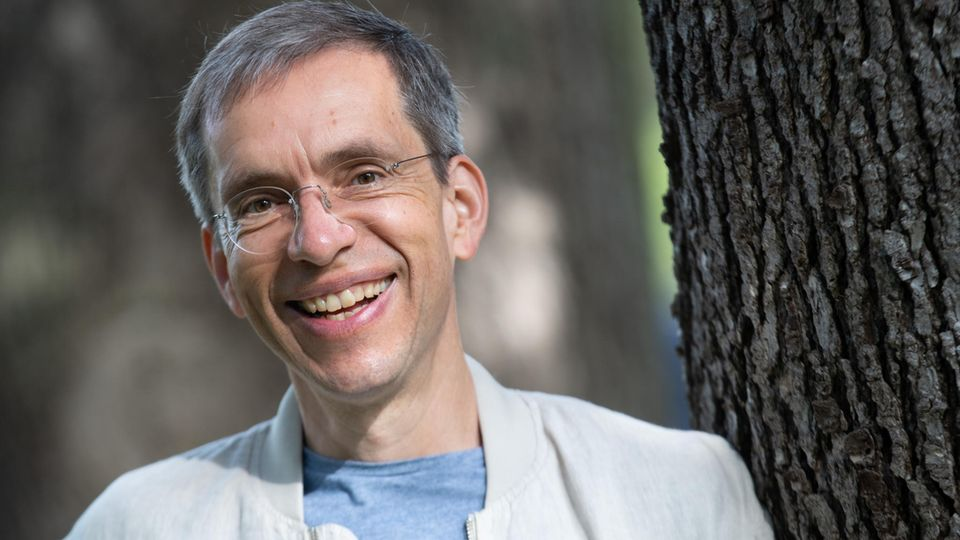 Jens Söring steht im Palmengarten in Frankfurt