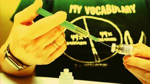 Juliane spritzt Kochsalzlösung in ein Impfstoff-Fläschchen. Fertig vermischt reicht das Vakzin für sechs bis sieben Erwachsene. Oder dreimal so viele Spritzen für Kinder