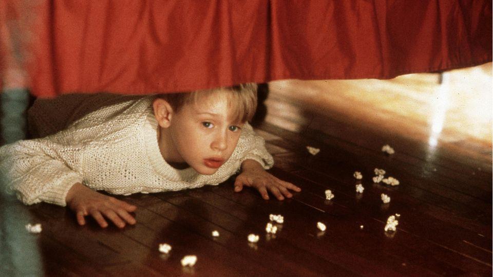 Macaulay Culkin versteckt sich unterm Bett.