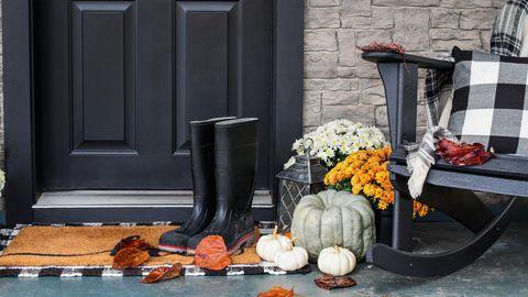 Kürbis, Gummistiefel und Karomuster als Herbstdeko für draußen