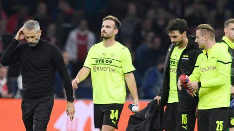Trainer Marco Rose und die BVB-Profis schleichen nach der Niederlage gegen Ajax Amsterdam mit hängenden Köpfen vom Platz