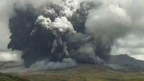Aschewolke über Vulkan Aso in Japan.
