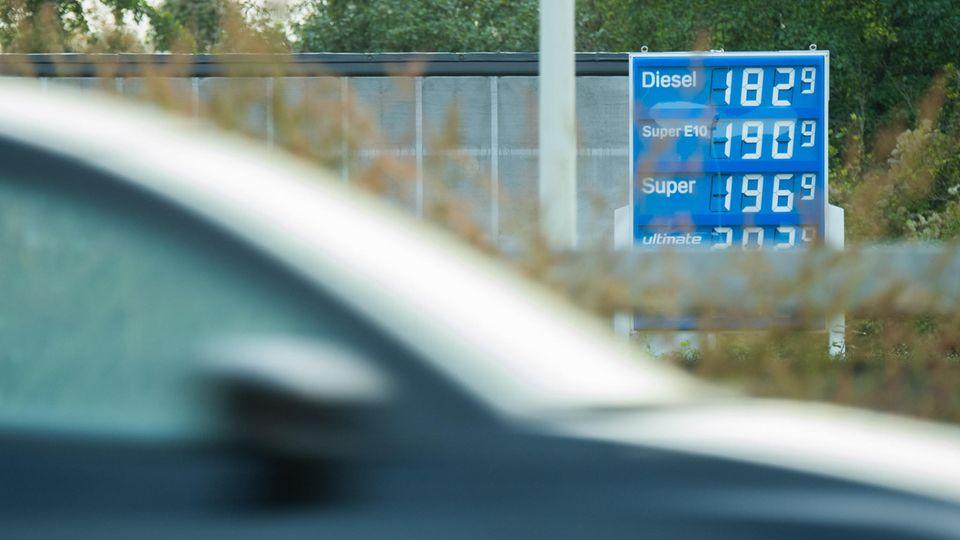 Niedersachsen, Hildesheim: Die Preisanzeige einer Tankstelle an der Autobahn A7 im Landkreis Hildesheim
