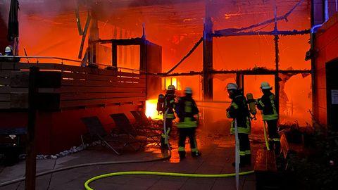 Feuerwehrleute löschen einen aktiven Brand