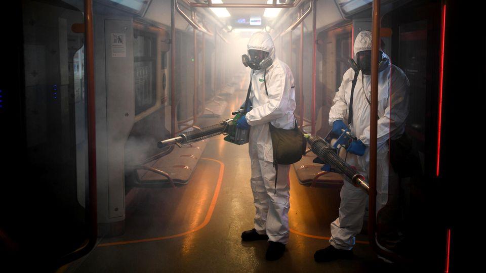 Moskau, Russland: In dem Versuch die Corona-Pandemie zu bremsen, werden U-Bahn-Waggons desinfiziert