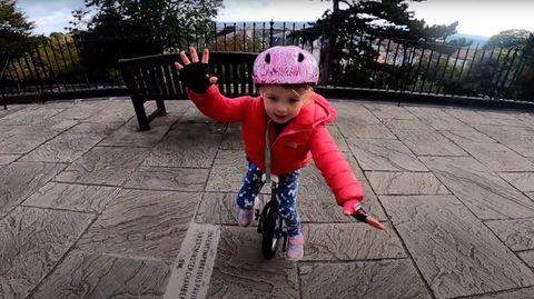 Vierjährige lernt Einradfahren im Lockdown.