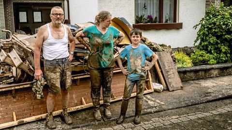 Die Familie vor ihrem Haus