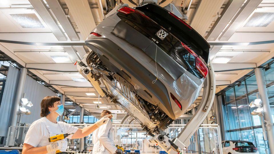 VW könnte wegen der fehlenden Halbleiter so wenigAutos produzieren wie seit Jahrzehnten nicht mehr(Symbolfoto)