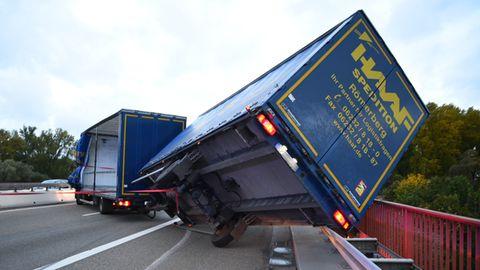 Auf der Rheinbrücke in Speyersteht ein Lastwagen quer. Die Polizei geht davon aus, dass Sturmböen den LKW umstürzten.