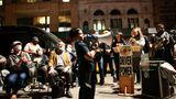 New York City, USA. Das Megaphon scheint fast zu schwer für ihn, doch derkleineJunge zeigt unbeirrt Solidarität mit den streikenden Taxifahrern in der Weltstadt. Durch einen Wertverlust der vorgeschriebenen Taxi-Lizenzenhaben die Fahrer der berühmten Yellow Cabsim Durchschnitt Schulden in Höhe von 600.000 US-Dollar. Sie protestieren vor dem Rathaus für einen Schuldenerlass, einige Fahrer befinden sich außerdem im Hungerstreik.