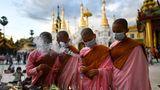 Yangon, Myanmar. Konzentriert zünden die jungen Nonnen die traditionellen Räucherstäbchenzu Ehrendes Thadingyut-Festivals der Lichter an. Das dreitägigeFestmarkiertdas Ende der buddhistischen Fastenzeitund symbolisiert die Rückkehr des Buddha vom Himmel, während Engel den Weg seines Abstiegs zur Erde erleuchten.