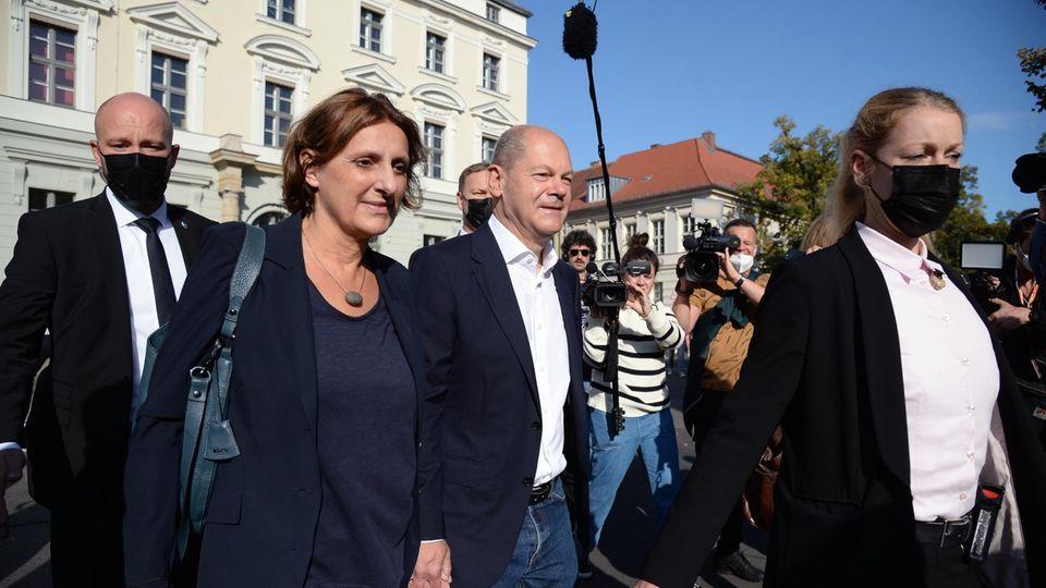 Olaf Scholz und die Politikerin Britta Ernst.