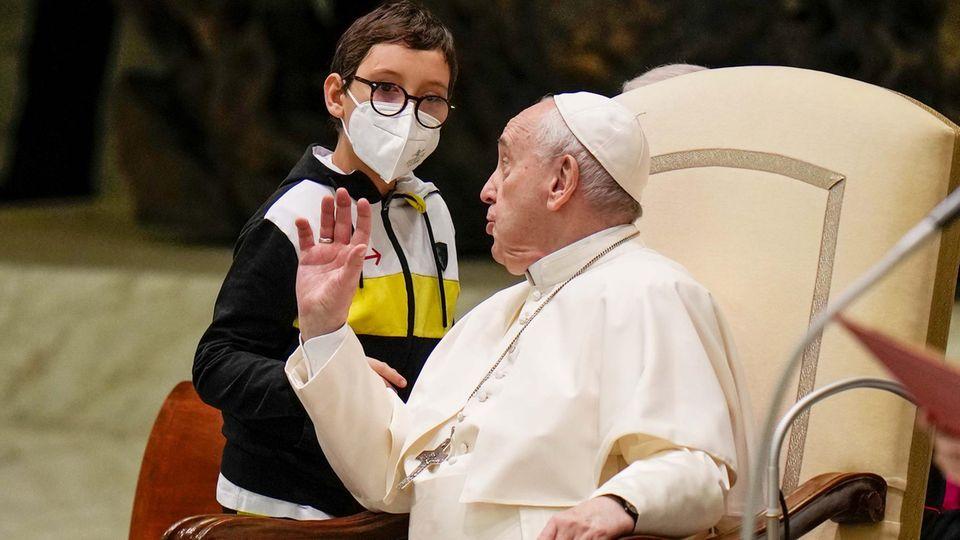 Kleiner Junge kommt Papst ziemlich nahe - und hat es auf seine Kappe abgesehen
