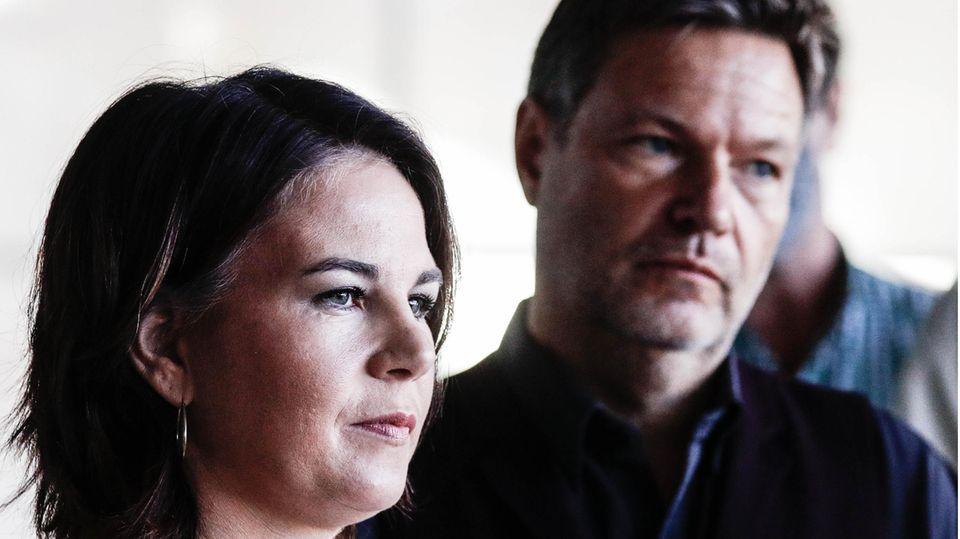 Grünen-Chefs Annalena Baerbock und Robert Habeck mit ernstem Gesicht