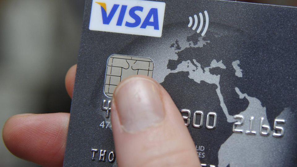 Kunden könnten die Kreditkarte von Amazon und ADAC künftig nicht mehr gebrauchen können (Symbolfoto)