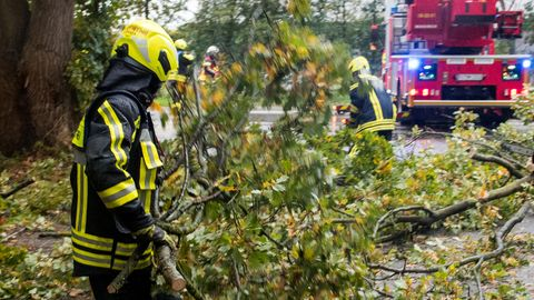 Feuerwehrmann im Einsatz, um die Straße freizuräumen