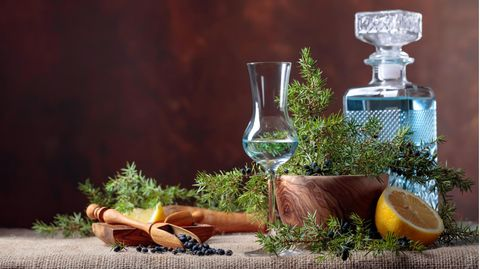 Gin Adventskalender 2021: Gin-Glas und Flaschen auf einem dekorierten Tisch