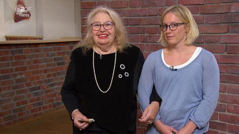 Denise Bertram und Maria Reske, Enkelin und Großmutter aus Köln, stehen im Studio von Bares für Rares