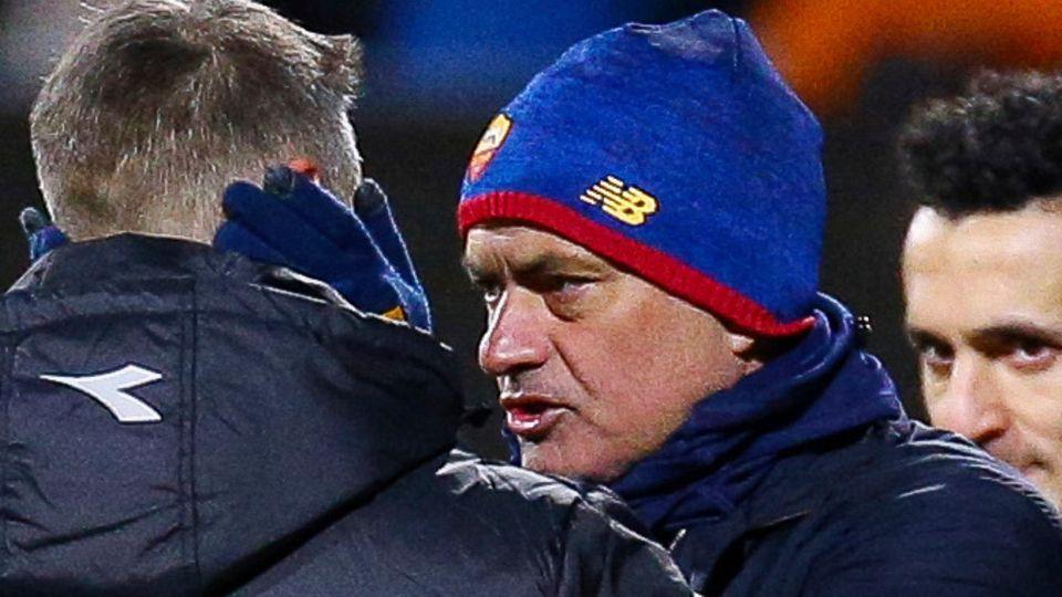 Roms Trainer Jose Mourinho spricht nach dem Spiel mit Bodö Glimts Trainer Kjetil Knutsen
