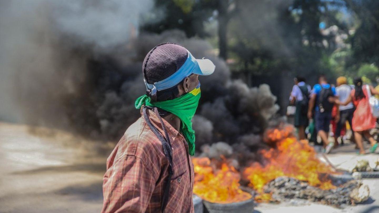 Port-au-Prince, Haiti. Menschen protestieren hinter brennenden Barrikaden. Mehrere Gruppenvon Taxifahrern haben Autoreifenin Brand gesetzt, um gegen steigende Preise und Benzinmangelzu protestieren. Die Demonstranten werfen der Regierung vor, Kraftstoffimporteure zu Lasten der Entwicklung erneuerbarer Energien zu bevorzugen.