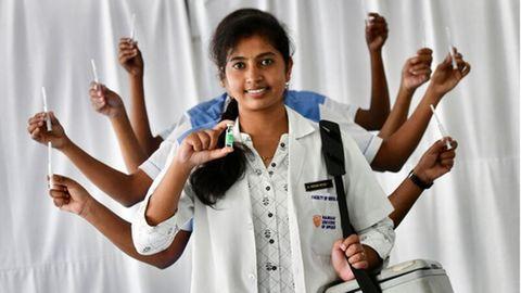 Bangalore, Indien. Noch vor einem halben Jahr stand das indische Gesundheitssystemaufgrund der Coronakrise kurz vor dem Zusammenbruch. Nun hat das Land seine milliardste Impfstoffdosis verabreicht. Ärzte und Pflegepersonal feiern den Moment, indem siefür ein Foto als die mehrarmige Göttin Durga posieren.