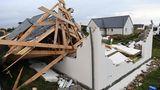 Plozevet, Frankreich. Eingestürztes Dach, niedergeschmetterte Mauern, lose Holzbalken. Der Sturm Aurore hat im Westen Frankreichs eine Schneise der Verwüstung hinter sich gezogen. Von einigen Häusern ist nicht mehr als das Fundament übrig.