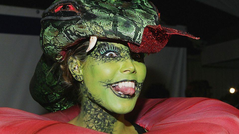 Heidi Klum mit aufwendiger Schminke als Schlange verkleidet.