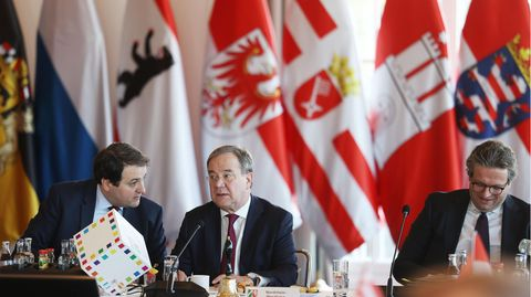 Armin Laschet (M., CDU), Ministerpräsident von Nordrhein-Westfalen, eröffnet die Ministerpräsidentenkonferenz