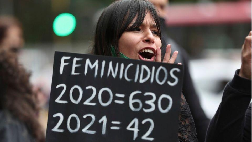 Eine Frau nimmt an einem Protest am Internationalen Frauentag teil