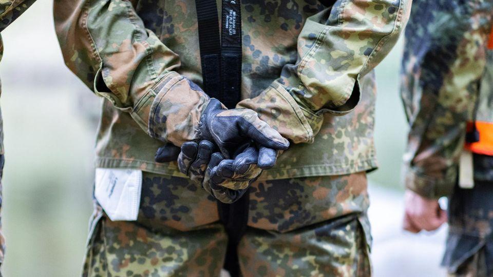 Ein Bundeswehrsoldat faltet seine Hände zusammen