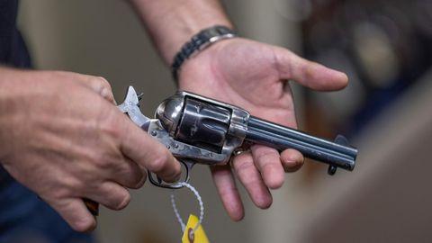 Requisiten-Waffen wie diese werden an Filmsets wie scharfe Waffen behandelt