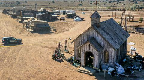 Die Polizei untersuchte die Kirche der Bonanza Creek Ranch, an der sich der Alec Baldwins tödlicher Schuss-Unfall ereignete
