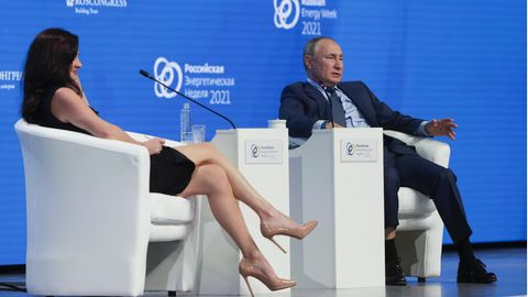 ModeratorinHadley Gamble im Gespräch mit Wladimir Putin