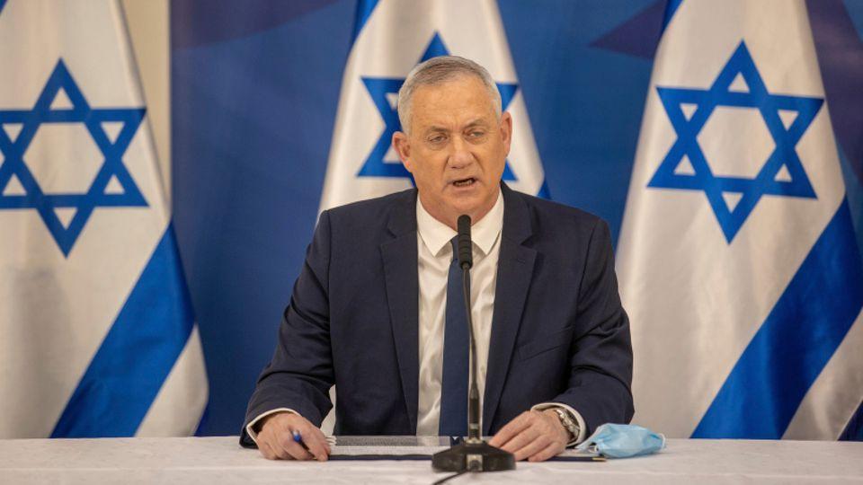 Benny Gantz spricht bei einer Pressekonferenz im israelischen Außenministerium