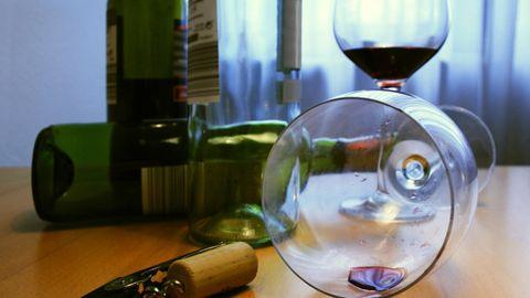 Leere Weinflaschen und -gläser
