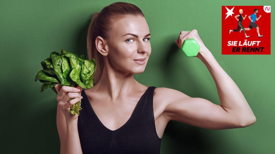 Eine junge Sportlerin mit Salat und Hantel